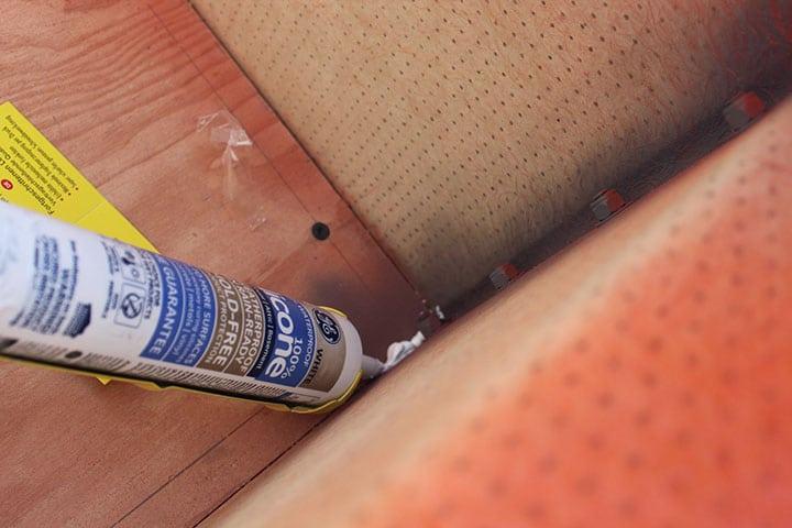 Sealing floor of Dinoot trailer with caulking