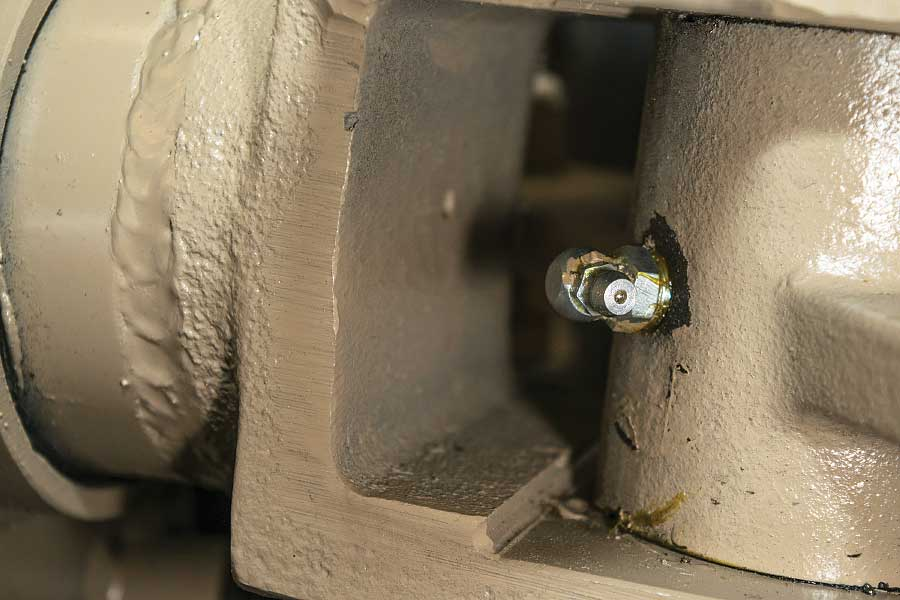 Photo shows the axle components are equipped with grease fittings.