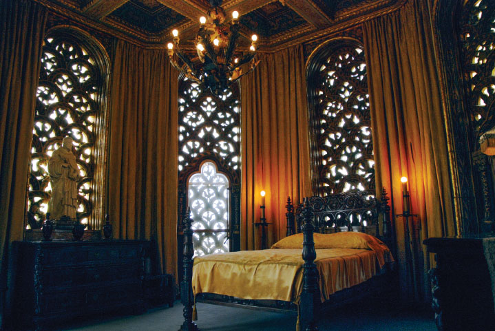 Hollywood gossip columnist Hedda Hopper often slept in one of two Celestial suites.