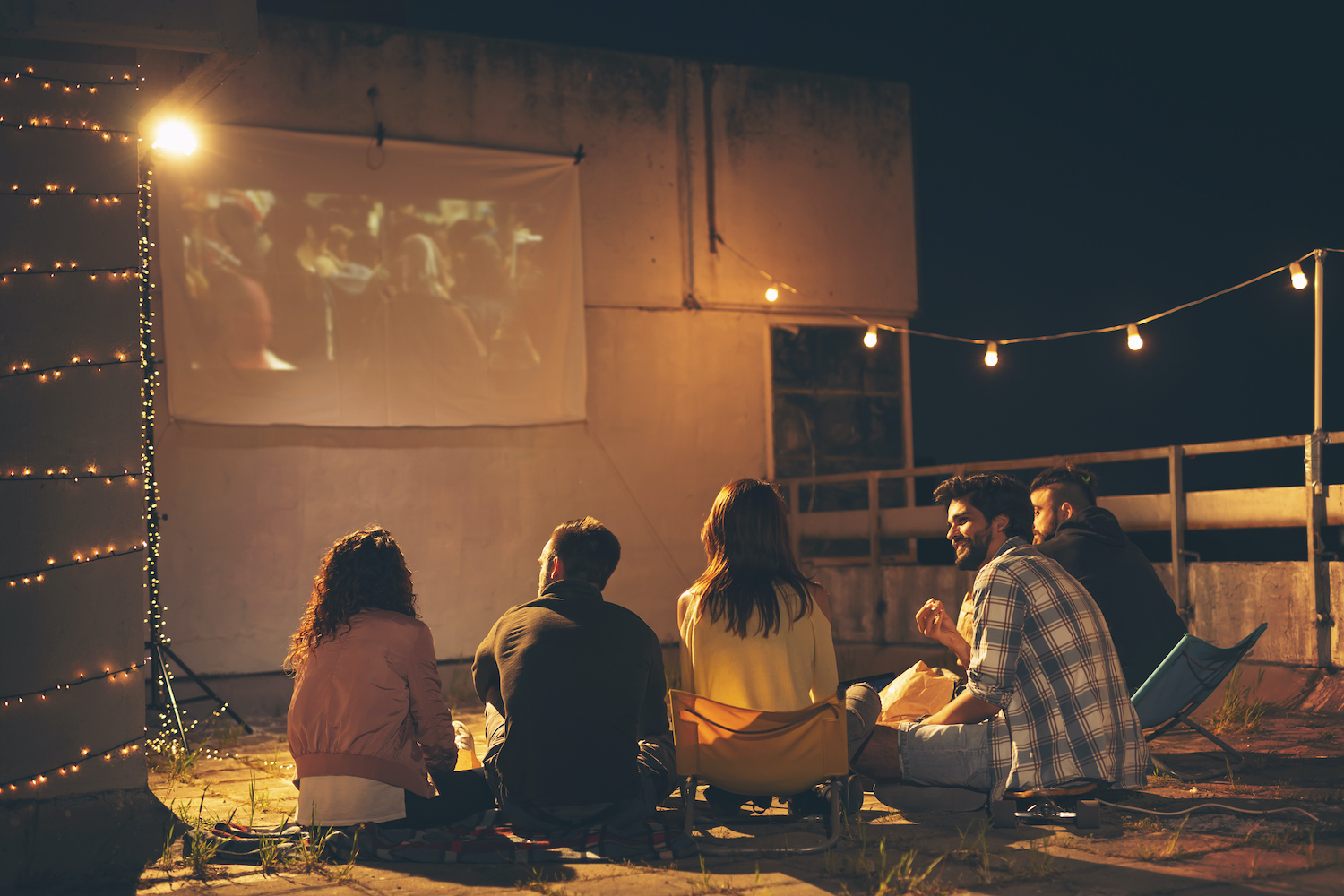 Group of young friends watching a movie on a building rooftop terrace, eating popcorn, drinking beer and having fun (Group of young friends watching a movie on a building rooftop terrace, eating popcorn, drinking beer and having fun, ASCII, 116 compon