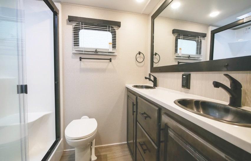 Bathroom in Cardinal Luxury 345RLX